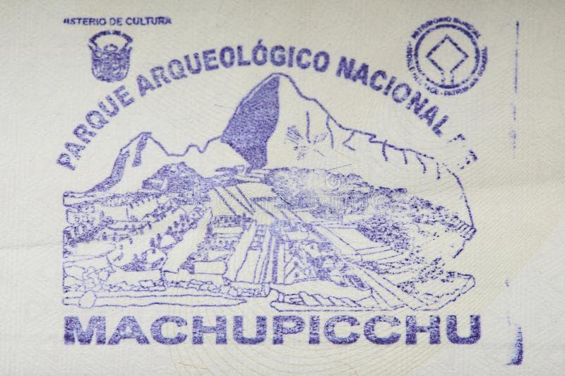 sello-del-parque-de-machu-picchu-en-cierre-la-pagina-pasaporte-encima-vision-143958176